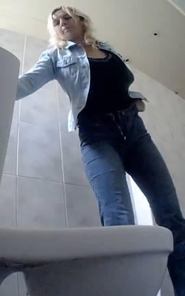 podglyadivanie-v-tualetah-za-tolstimi-zhenshinami-devushki