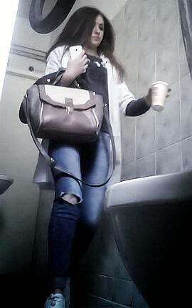 Подглядывание за девушками в туалете видео такого