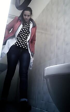 podglyadivanie-za-sikuhami-v-derevyannom-tualete